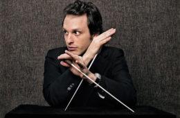 Der französische Dirigent Victor Aviat. Bild: Harald Hoffmann.