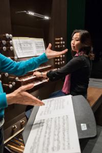 Organistin Mayu Okishio. Kirchenmusik lebt! Sie wird studiert – wie hier in den Vertiefungen Chorleitung und Orgel. Foto: Regula Bearth © ZHdK