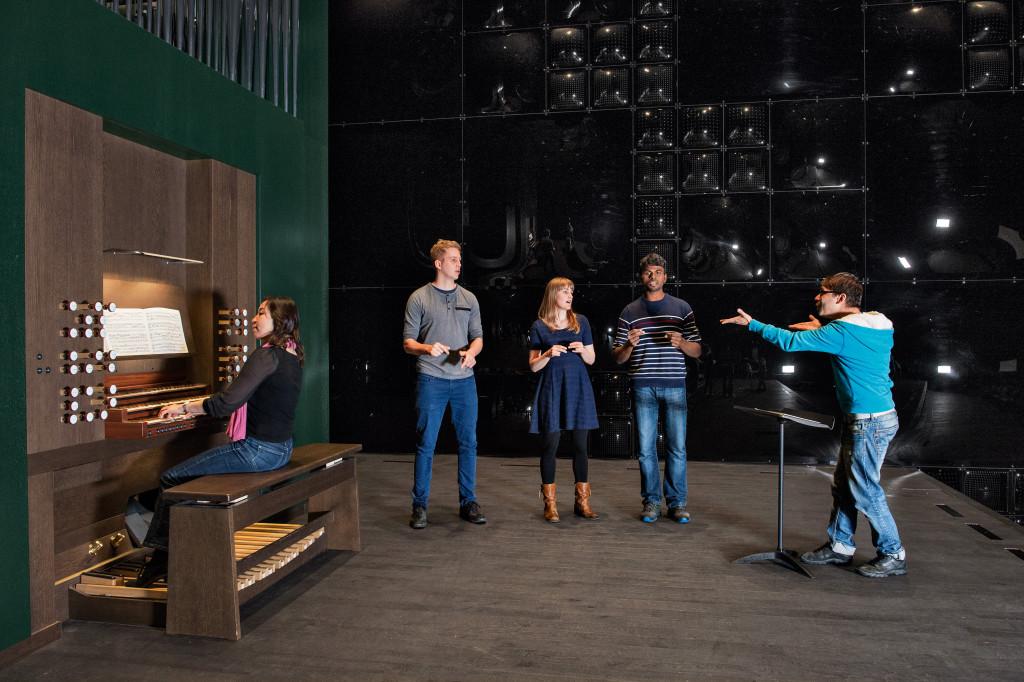 … zum Klingen gebracht, und sie bietet Raum zum gemeinsamen beglückenden Musikerlebnis, hier im Orgelsaal im Toni-Areal. Fotos: Regula Bearth
